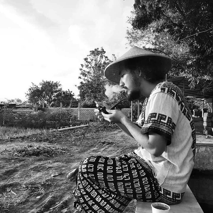 Merawat tradisi, memuliakan #petanitembakau di pinggir sawah.  #Repost @rinaldiiannc . #pipeparadenusantara #senin #pipeparade #paradeon #seninambyar #DesaDigital #cukairokok #semangatsenin #pipetobaccocommunity #tobaccopipecommunity #pipelife #pipelifestyle #farmer #pipesmokerpic.twitter.com/GB2Ioerv5F