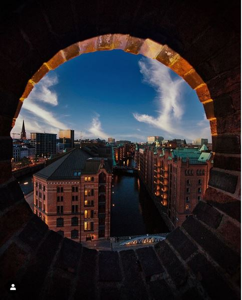 Dare to take a look at our #Speicherstadt - it is magnificent!  @frederiks_hh #hamburgahoi #theprettycities #moinmoinpic.twitter.com/PvHQfdYG8f