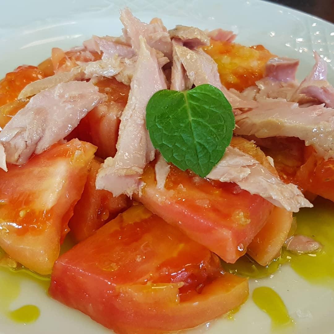 Empecemos la semana con una de nuestras ensaladas con los tomates frescos llegados cada mañana de la huerta  ¿no te apetece algo así?  #Ronda #Restaurante #comida #carne #carnes #sevillagram #badajozpic.twitter.com/P2t77qbrFL