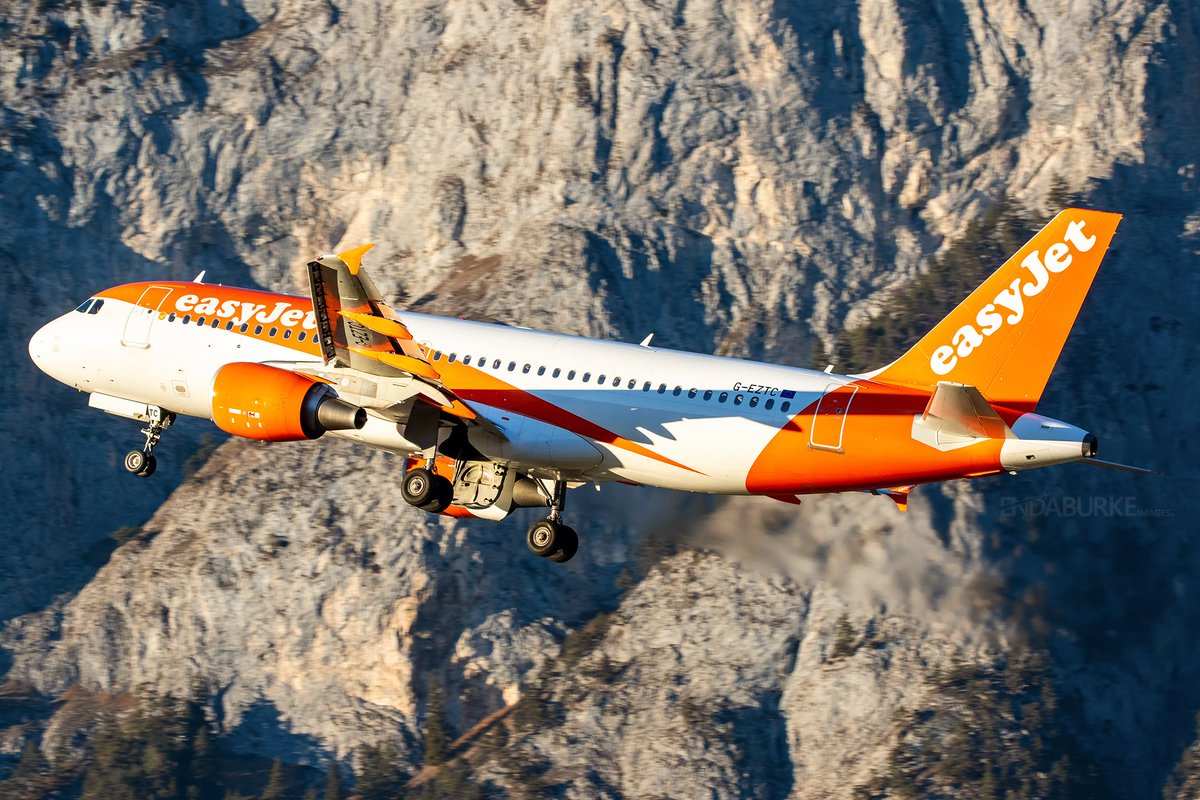 Departing Innsbruck for @Gatwick_Airport last Friday in some stunning light is this @easyJet A320 #avgeek #aviation #easyjet #innsbruck #inn #lowi #airbus #a320 #austria #photography #ezy #takeoff #mountain #tyrol pic.twitter.com/cG7Ah4Cg8a