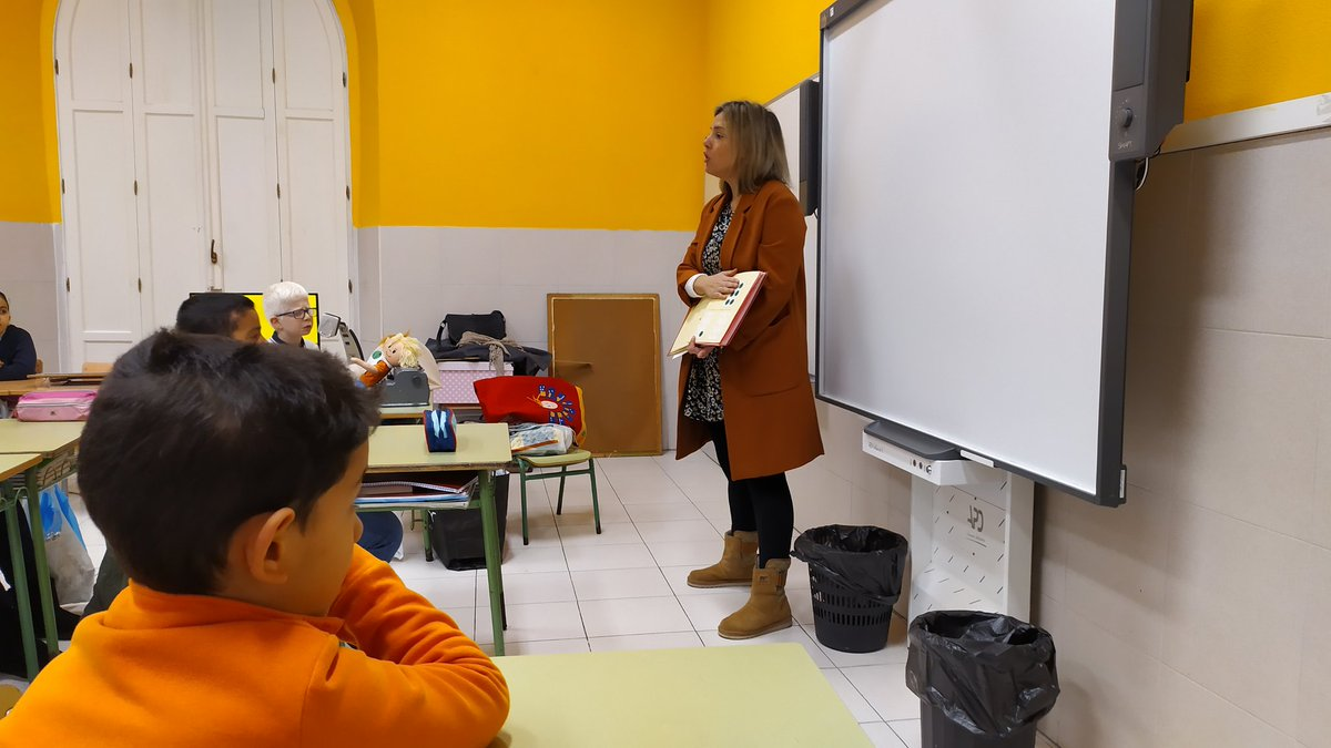 La maestra Laura realizando una serie de actividades y experimentos de sensibilización para alumnos con DVG en 3° primaria. Colabora ONCE  @ONCE_oficial y MECD. En @CEIPMediterrne1 y en #Melilla https://t.co/F16lLByol4