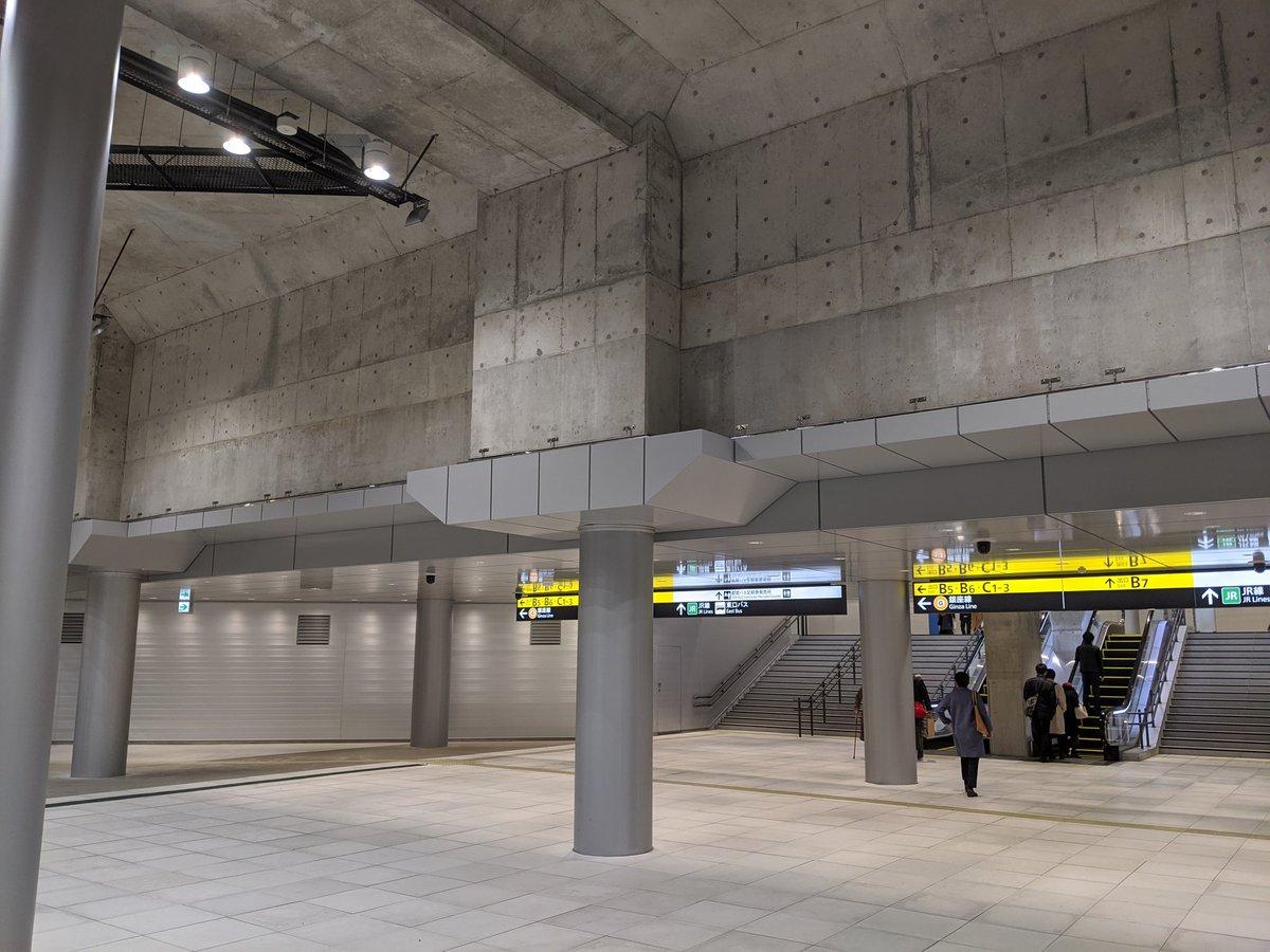 一部マニアに話題になった、天井を暗渠化された渋谷川が通る場所も見てきた。ここだけコンクリートむき出しで異様な感じが。水を通してる分高湿だから乾燥させるため?とか今日散歩した面々で考察しあったが、真相はいかに…