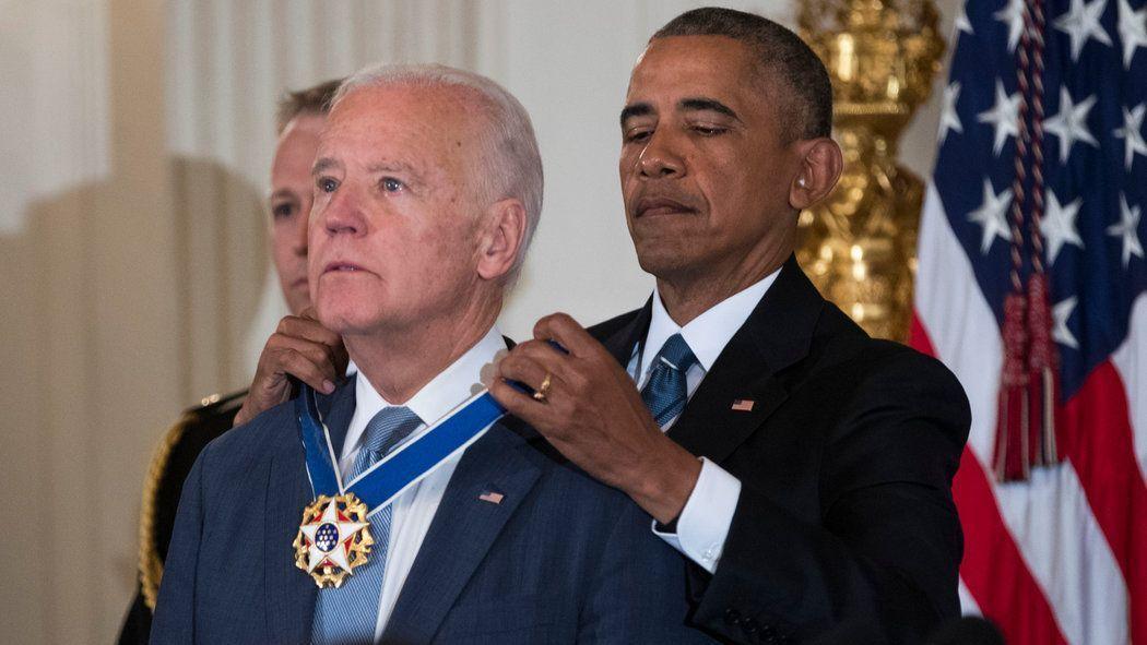 Обама награждает Байдена ( своего зама) высшей наградой США