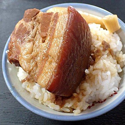 読まれてます! 台湾を北から南へと縦断しあちこちで魯肉飯(ルーローハン)を食べる記事が話題です。ひとくちに魯肉飯といってもいろいろなタイプがありました。たとえばこれ!台中の山河魯肉飯の魯肉飯……!