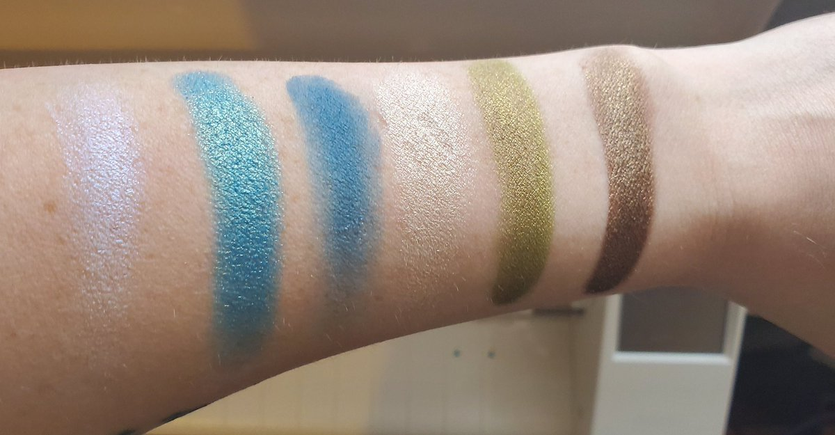 Holy smokes. @sydneygraceco1 has some KILLER formulas. Oh my word. These swatches were unbelievable.   #swatches #makeupswatches #sydneygrace #MakeupAddictpic.twitter.com/eGtpRL9b5i