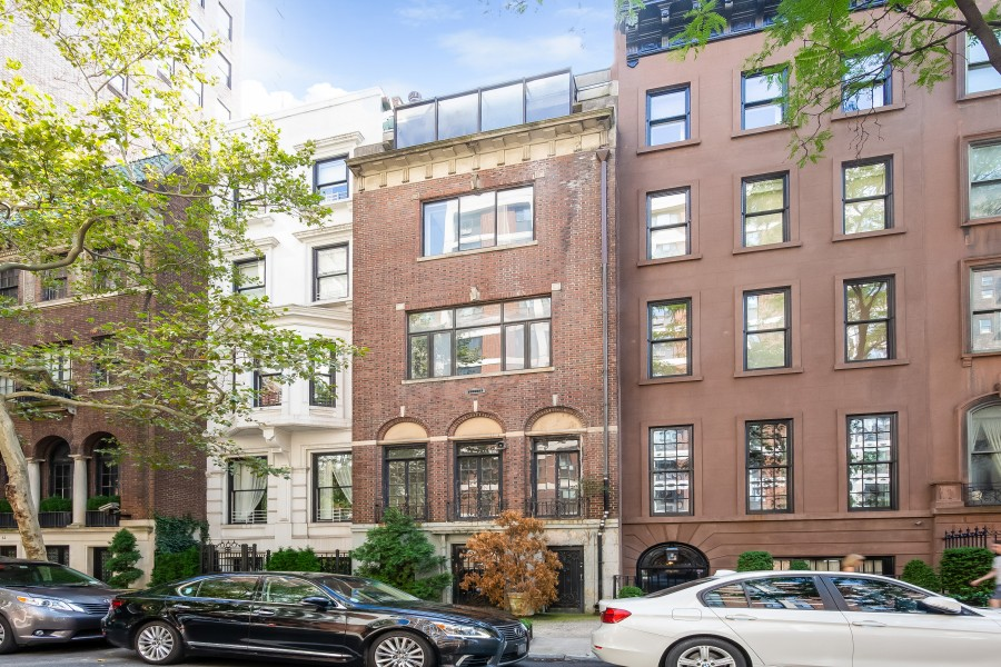 "Best deal in Manhattan off Central Park! View (64 pics): https://t.co/GYTnoNoyMd Bid is $5.25 million @Auction Ends 1/14. Rehabbed comps $20+ million! Need a special episode of #FixerUpper ""Chip and Joanna Gaines - Manhattan Style!"" @joannagaines @chipgaines @FixerUpperFans https://t.co/nKVTrpIttH"