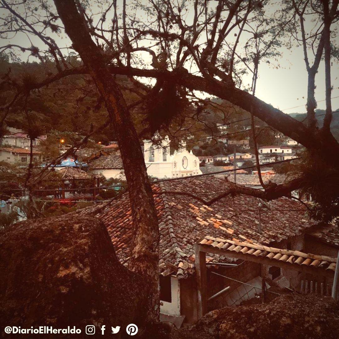 #TierraAdentro #ConoceHonduras La historia en Cedros está plasmada en sus enormes viviendas de adobe y tejas, pero también en el reconocimiento de personajes que en el pasado formaron parte de la vida política de #Honduras