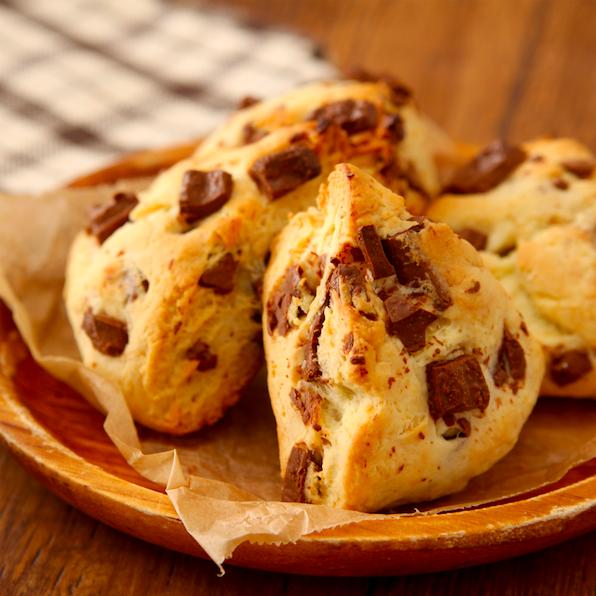 バターなし・作業約5分。 こんな簡単においしくできます…? って位、サクふわ最高な【チョコチャンクスコーン】作れます。 チョコ好きにはたまらないやつです。 ホットケーキMIX150g、砂糖大1/2、ヨーグルト大3、油大1、チョコ30g混ぜ厚さ2cmに伸ばしチョコ10gのせ6等分。180度のオーブンで15分。