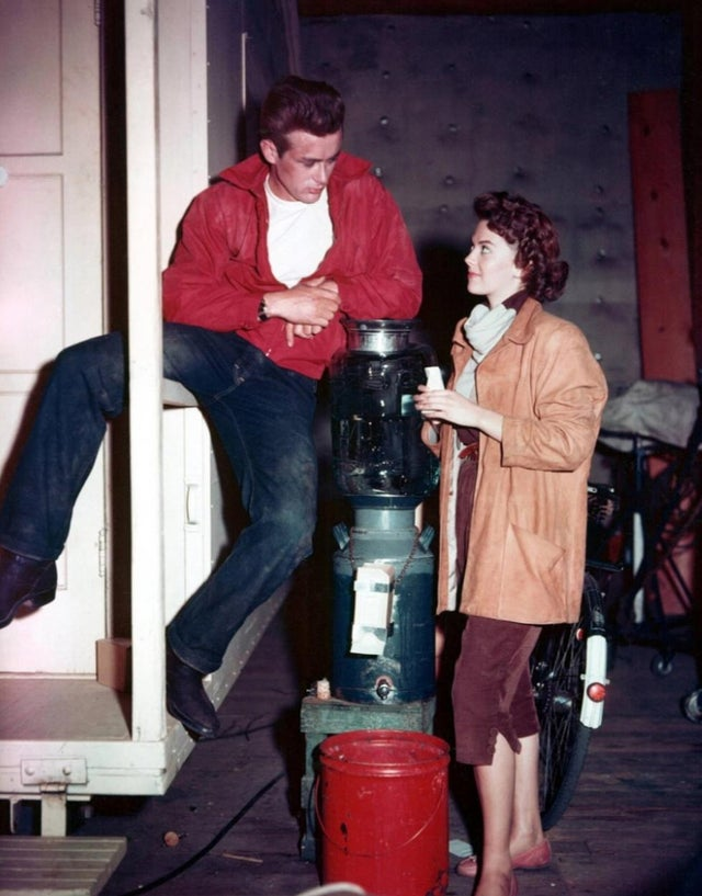 RT @GroovyHistory: James Dean and Natalie Wood on the set of