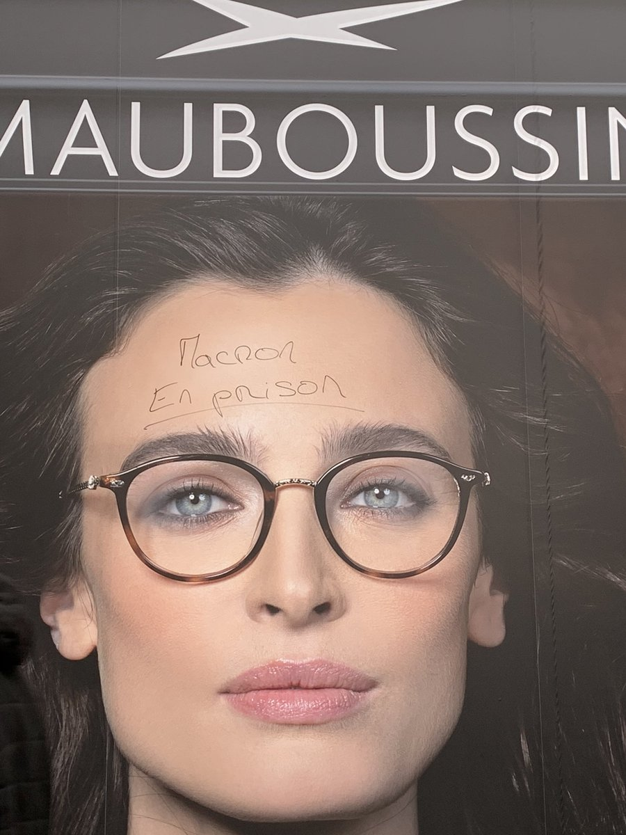 Who says models can't have face tattoos ? #greve14janvier <br>http://pic.twitter.com/muu2GNBNnL
