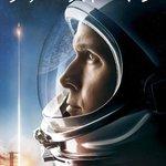 Image for the Tweet beginning: #ファーストマン  映画を見るとき大画面で見た方がいいだとか、IMAXの臨場感を楽しむべきだとかいうけれど、この映画を見るもっともおすすめの場所は飛行機の上だ  例えスマホの画面であっても、アームストロングが体験したであろう恐怖の一部は伝わる。  落ちたら死ぬ高さには変わりないのだから。