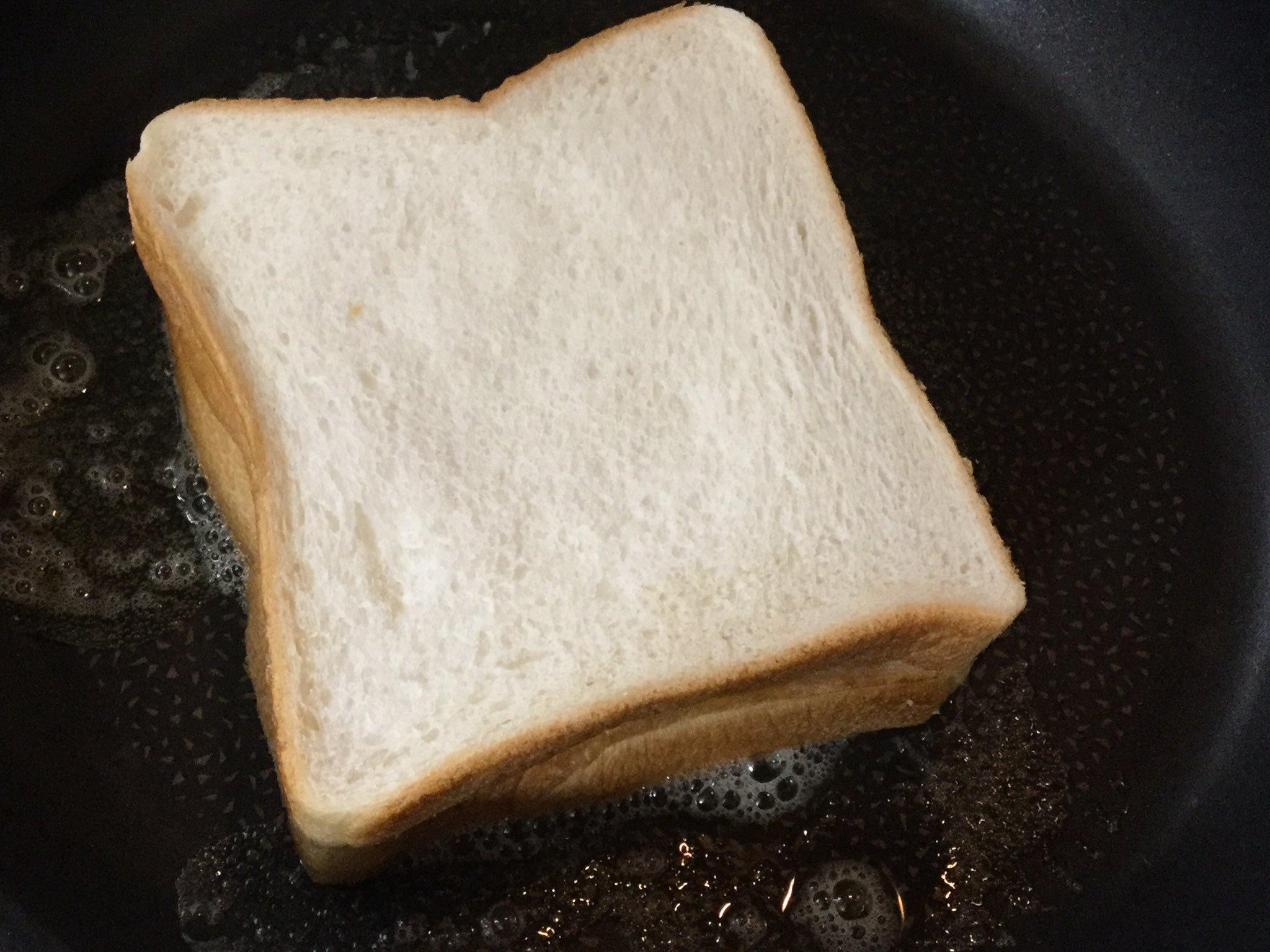 「ホットサンドメーカーが無いからゴキゲンな朝食が作れないよ~~」 そんなツイッターのメキシコでと方に暮れるお前たちに朗報だ。アルミホイルかオーブンシート、それと水を500mlほど入れた鍋を用意することで誰でも完璧なホットサンドが作れるぞ。