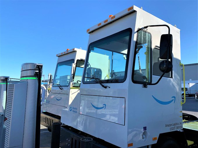 Let's go! 🚚 Meet the latest add to our #AllElectric #fleet Delivering #groceries…🚛They help us move trailers around our sites as we work toward our goal of achieving #netzerocarbon by 2040  Al je #boodschappen voor de #laagsteprijs #gratis #thuisbezorgd!