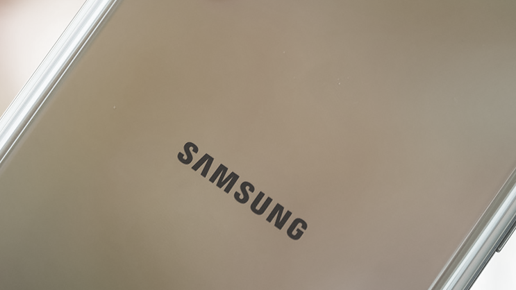 Leaked photos show the upcoming Samsung Galaxy S20 ahead of their #Unpacked2020 event  (link: http://bit.ly/2QQFJ1E)pic.twitter.com/0neN7noeNf