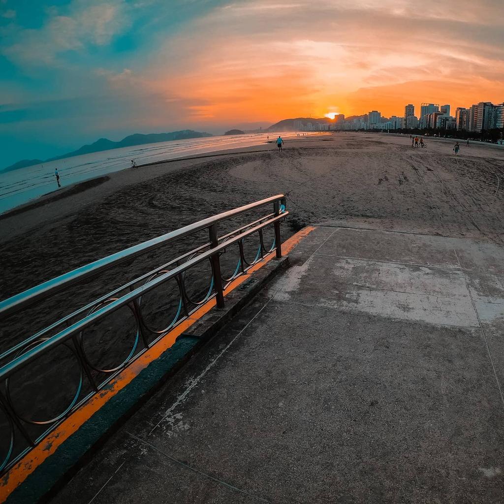 𝙏𝙝𝙚𝙧𝙚 𝙘𝙖𝙣'𝙩 𝙥𝙤𝙨𝙨𝙞𝙗𝙡𝙮 𝙗𝙚 𝙖𝙣𝙮𝙩𝙝𝙞𝙣𝙜 𝙢𝙤𝙧𝙚 𝙗𝙚𝙖𝙪𝙩𝙞𝙛𝙪𝙡 𝙩𝙝𝙖𝙣 𝙎𝙚𝙖𝙨𝙞𝙙𝙚 𝘽𝙚𝙖𝙘𝙝 𝙖𝙩 𝙨𝙪𝙣𝙨𝙚𝙩.  . . #santosbrasil #travelbeach #traveltime #WorkAndAdventure #travelbrazil #adventureland #brazil #brasil #wonderlust #passporttravelpic.twitter.com/ZMcReqCrMn