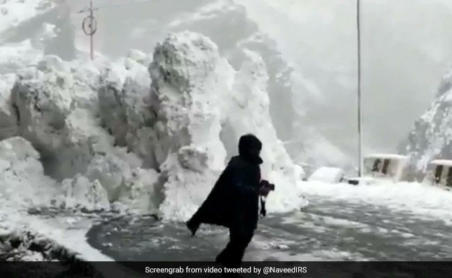 On camera, tourists rush to escape avalanche on Himachal road.https://www.ndtv.com/offbeat/on-camera-tourists-rush-to-escape-avalanche-on-himachal-road-2163788 …