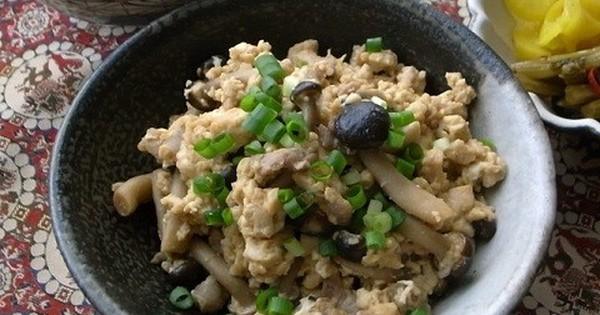 包丁&まな板いらず!ごはんがパクパク進む「ひき肉×しめじ」の甘辛炒り豆腐: 包丁もまな板も使わずに作れちゃう手軽さなのに、リピート確実の美味しさに感動!ごはんが進む「ひき肉×しめじの甘辛炒り豆腐」をご紹介します。