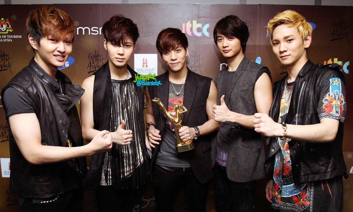 слева группа корейцев шайн фото тех