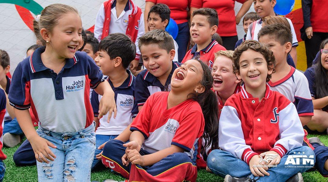Sus sonrisas expresan todas las emociones que vivimos esta mañana.   ¡Qué bien la pasamos en este espectáculo infantil realizado en la escuela Jhon Harvard!  Junto a Atemito, nuestros pequeños se divirtieron y aprendieron más sobre #EducacionVial.   #SomosMásQueTránsito