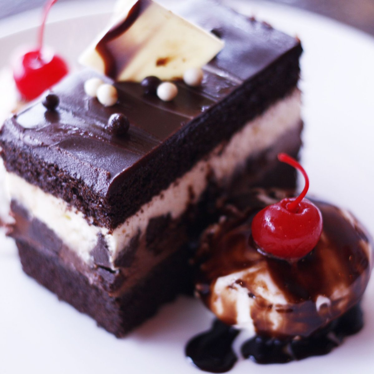 🍫 Are you looking for something really easy and quick yet delicious and vegan? Then you should definitely try This Trio of Chocolate Cake served warm with classic vanilla icecream. . #dessert  #yummy #chocolatecake #delicious #indianfood #indianrestaurant #VaadesRestaurant