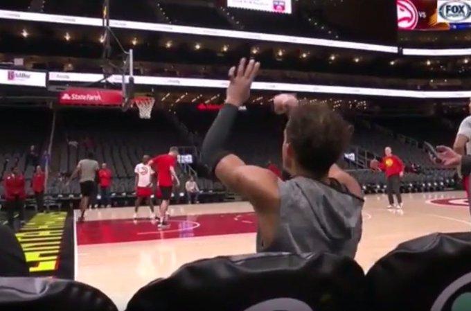 【影片】炫技成功!特雷楊坐後補席超遠投籃,出手後提前回頭自信慶祝!-籃球圈
