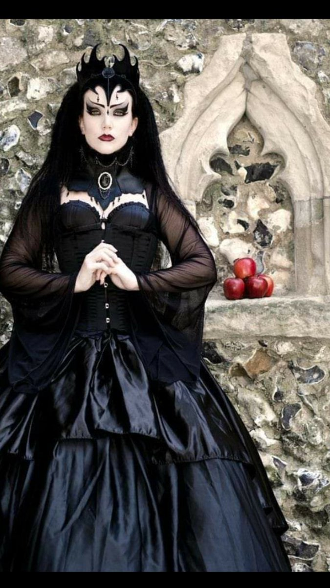 #VictorianGoth  #EvilQueen #DarkQueen  #GothicLove #MedievalLOVEpic.twitter.com/qk9lhptIT2