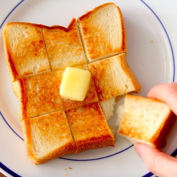 いつもの食パンが極上に…フライパンで【絶品バタートースト】を作る方法トースターなしで簡単です。食パンに切り込みを入れ、バター中火で溶かしたフライパンに入れ蓋し、片面2分焼く。裏返してヘラで押さえながら狐色になるまで2分程焼き、バター溶かし全体に絡める。仕上げバターお好みで。