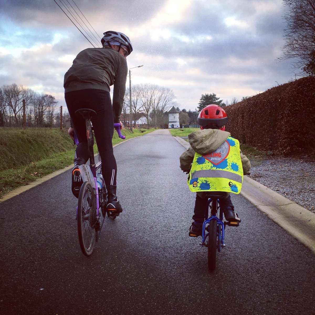 Ride together, be patient. ペダル自転車ことはじめ。気長に、気長に… #kidsonbikes #kidsbike #pedalbike #firstpedalbike #flanders #cyclinglife #cyclinglove #451wheel #racebike #roadcycling #minivelo #smallwheels #ロードバイク #ディスクロード #小径車 #ミニベロ #ミニベロロードpic.twitter.com/eIPtp0IFUd