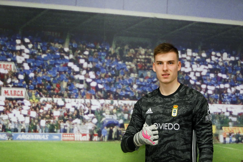 Andriy Lunin ya posa con los colores de su nuevo equipo, el Real Oviedo (Foto: RO).