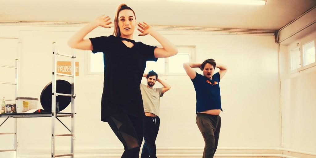 Am Sonntag wurden unsere #Männer von der Choreographin Viviane Tita auf der #Baustelle so richtig gefordert.  http://www.verdammtebaustellen.ch  #TourBühne #Theater #verdammteBAUSTELLEN #Ostschweizpic.twitter.com/t9Q1XKyBta