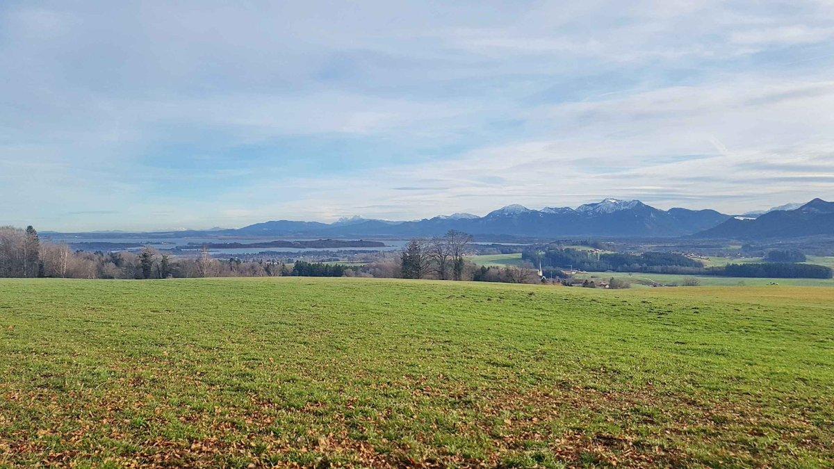 Am Freitag, 17. Januar wird von den Pfarrverbänden Westliches Chiemseeufer und Bad Endorf eine besondere Wanderung angeboten. Start ist um 15 Uhr in der Rimstinger Pfarrkirche mit einem biblischen Impuls, dann eine ca.  #Chiemgau #Prien #Rimsting https://www.samerbergernachrichten.de/wandern-und-bibeln-mit-pfarrer-klaus-hofstetter/…pic.twitter.com/aH2XJbQEoI