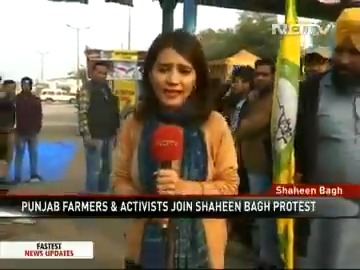 Watch |  Thousands of women protesters at #ShaheenBagh had unexpected company: A group of Sikh men, part of a farmers' union, from Punjab arrived to show solidarity with the protesters. Within an hour a langar was up and running. #CAA #NRC #NPR https://www.ndtv.com/india-news/sikh-farmers-from-punjab-come-to-cheer-shaheen-bagh-women-cook-langar-2164508 …