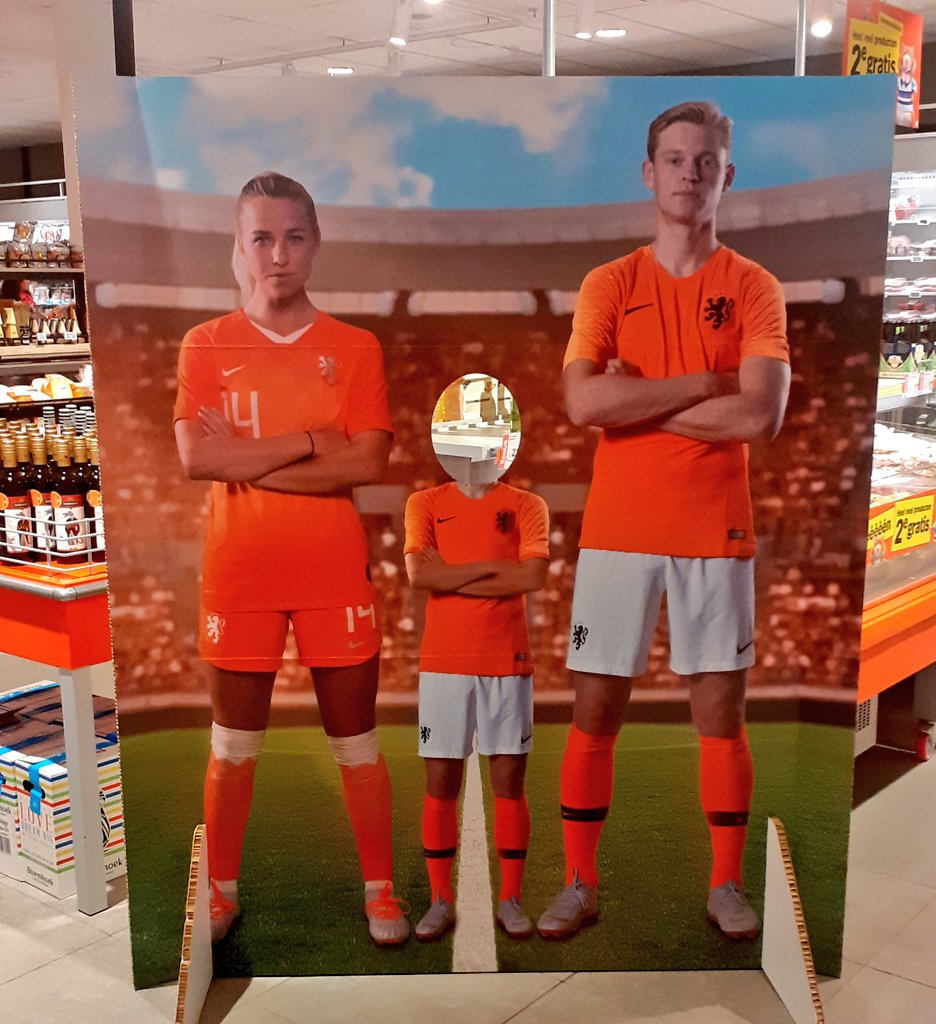 Dutch supermarket @albertheijn promoting their annual football stickers in their store with @DeJongFrenkie21... And @oranjevrouwen 🇳🇱's @Jackie_10_.#EqualityinFootball. This is how simple it can be 👏👏