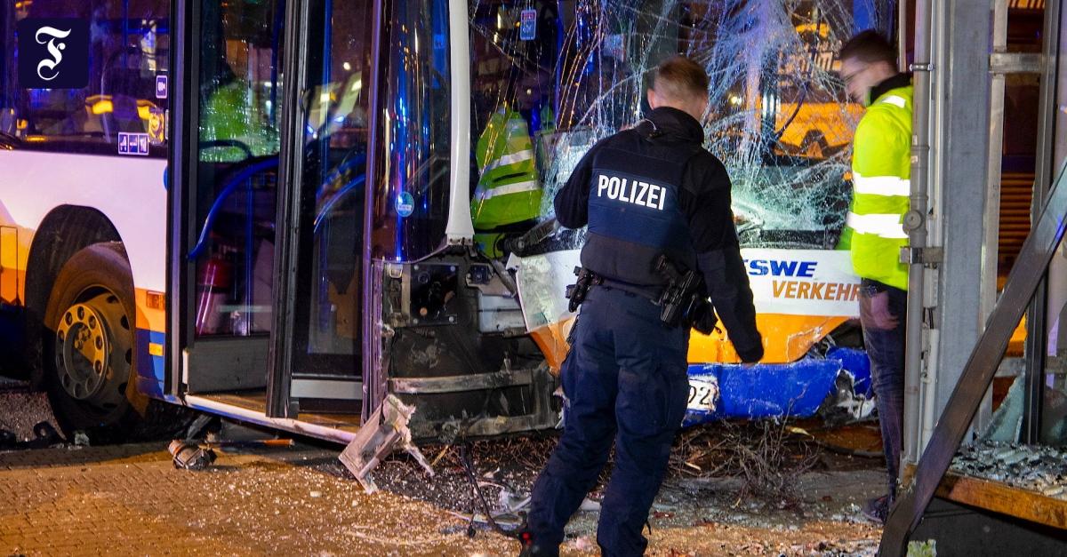 Nach Busunfall in Wiesbaden: Mutmaßlicher Gaffer stellt sich http://dlvr.it/RN4lmtpic.twitter.com/Yyocmd2kA3