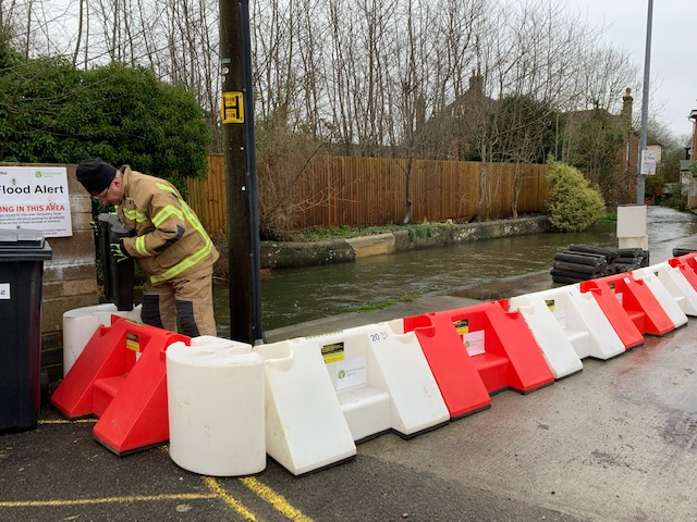 Good to see #floodbarrier being installed on Crow Lane this AM as a precautionary measure as the water flows from upstream, will be left it in place over the next few days while levels remain exceptionally high.  Thank you very @FireWilton @idverdeUK & @EnvAgency  #lovewiltonpic.twitter.com/r5qM3RMgDt