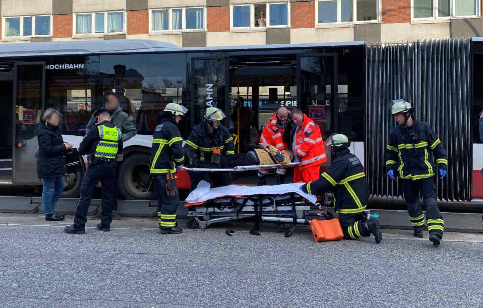 Mehrere Verletzte bei #Busunfall in Hamburg! https://www.tag24.de/nachrichten/hamburg-bus-unfall-notbremsung-fussgaenger-mehrere-menschen-verletzt-fahrer-1355654…pic.twitter.com/HAKCGvuo2h