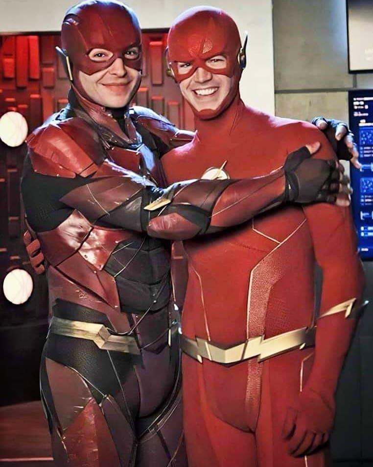 """E esse encontro que ninguém esperava? O Flash de Ezra Miller encontrou o Flash de Grant Gustin no crossover """"Crise nas Infinitas Terras"""" na noite de ontem. Em breve postaremos o vídeo legendado desse grande momento.pic.twitter.com/HEcgFKKeCc"""