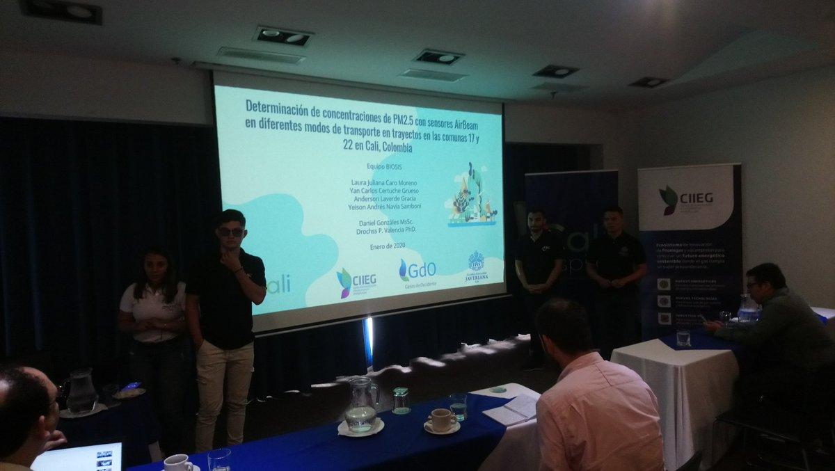 El equipo BioSis de la @JaverianaCali hace su presentación en el evento final del concurso #CaliRespira