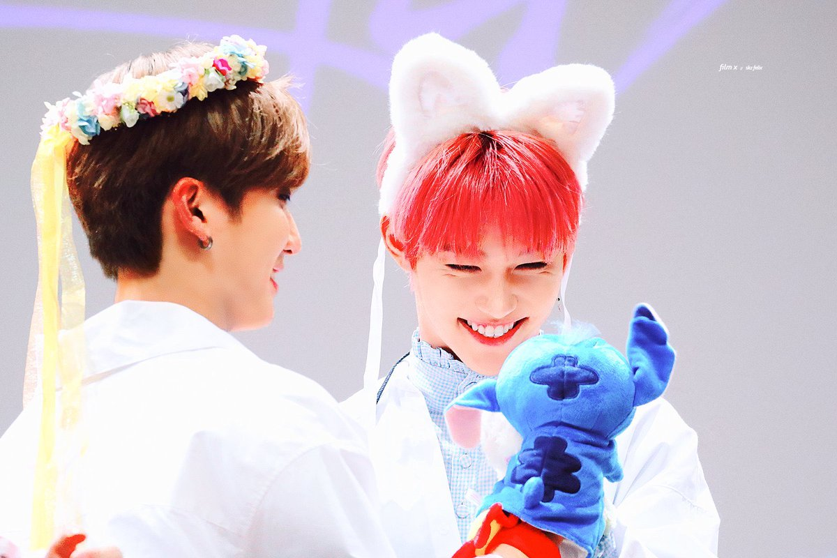 I love how Binnie always goes to bite Lix's neck with the toys he has 😭 ❤️😘😍 #Cle_LEVANTER #Banginho #minchan #straykids #bangchan #leeknow #changbin #felix #Changlix #StrayKids_Levanter