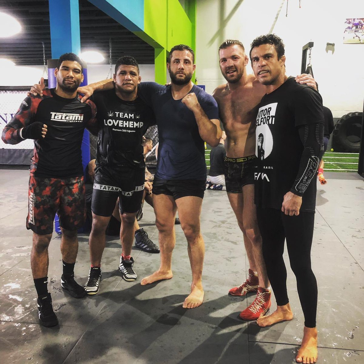 From posters on the wall to training alongside these heroes. Awesome wrestling session in @hardknocks365! 👊 https://t.co/xuUtLKamYd