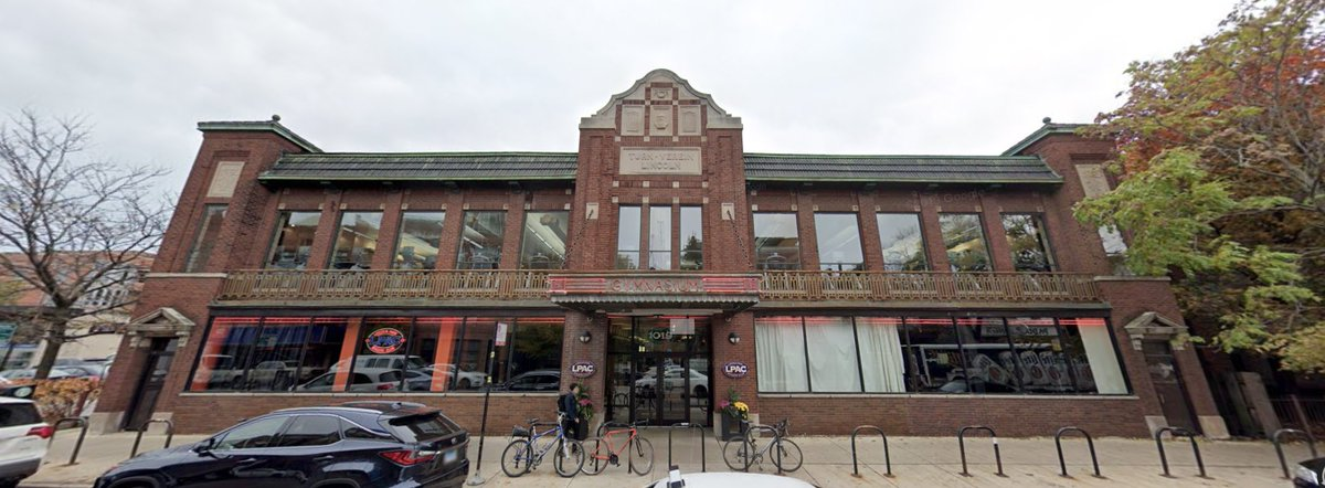 It isn't mentioned in the article, but this gym on Diversey near Sheffield is also an old Turnverein structure that's actually still being used for its original purpose (though without overt socialist leanings, unfortunately) pic.twitter.com/UBJvYevbhi