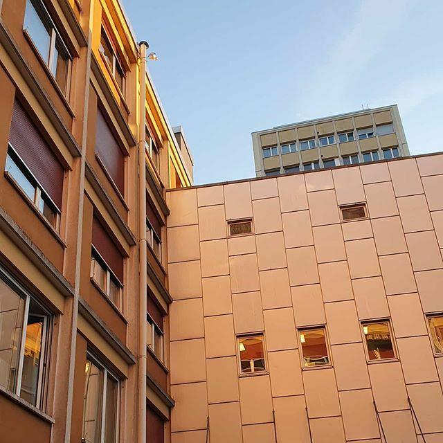 Sonnentage in Biel-Bienne #bielbienne #biel #bienne #biel-bienne #sonnentag #reflexion #golden #blauerhimmel #himmel https://ift.tt/362m0k0pic.twitter.com/Yqq2GvMnPs