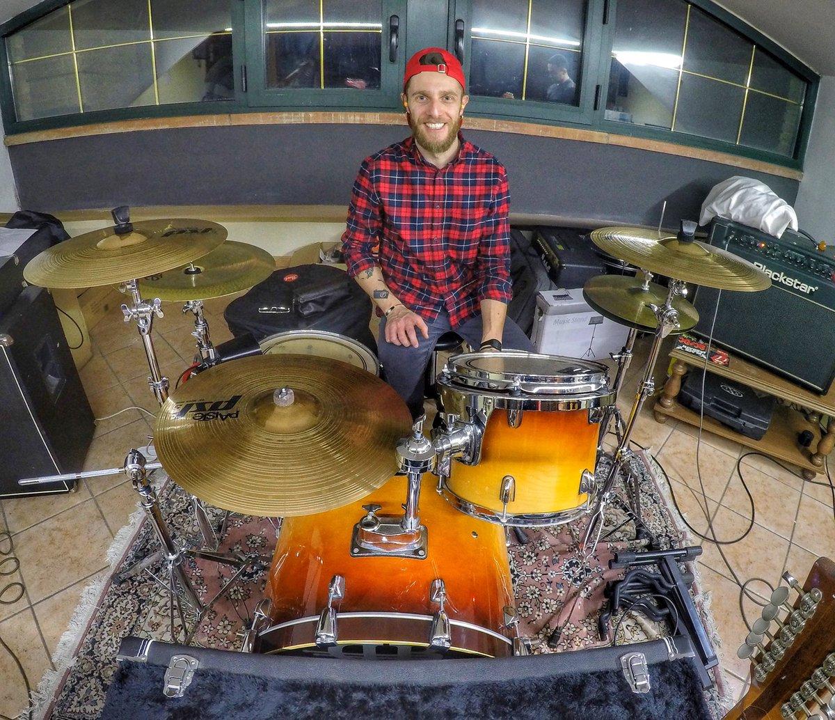 Tra un po' inizieró a fare DrumTuber  . #goprooftheday #drummers #drumline #drumcode #drumlife #drumporn #drumsticks #drummerboy #drummerlife #musiclove #musictime #musicblog #nightshot #rockphotography #rockshow #rockstyle #rockon #rocking #rockin #musicphoto #musicpornpic.twitter.com/szCvrYvczU
