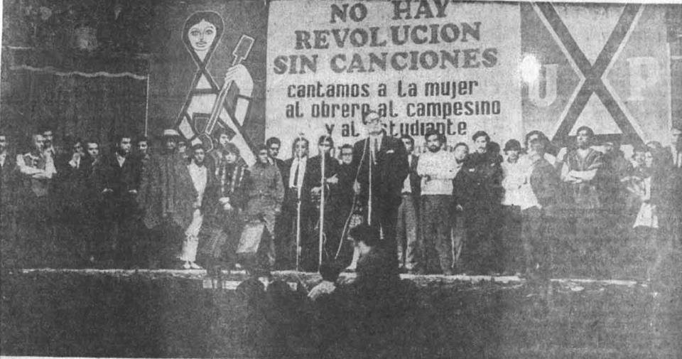 I've been looking at how music shaped the Chilean Spring of 2019 and the sounds that became synonymous with the movement. Here's Salvador Allende at the Teatro Caupolicán in April 1970 beneath a banner reading 'There is no revolution without songs' (Víctor Jara is alongside him)