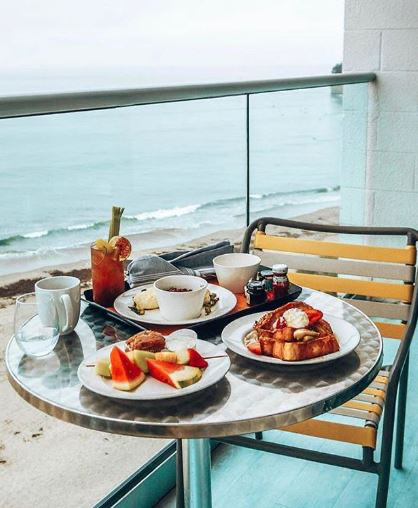@FoodTravelChat A10: Picture This: Wake up & enjoy the dreamy breakfast views at the Jack O'Neill Rest. & Lounge. Enjoy a day in the waves and grab lunch from Surf City Sandwich, finish off with seafood from Stagnaros. #FoodTravelChat #DreamEats