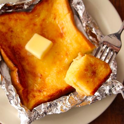 こんな簡単においしく作れるの…?って驚かれるのですが、「切り込み」入れるだけでしみしゅわ最高な【フレンチトースト】作れます。おうちでお店の味…食パンに切り込み入れ卵1個、砂糖大1/2、牛乳大4混ぜ浸しアルミホイルで包みバター5gのせ230度で7分程トースト。バター、蜂蜜お好みで。