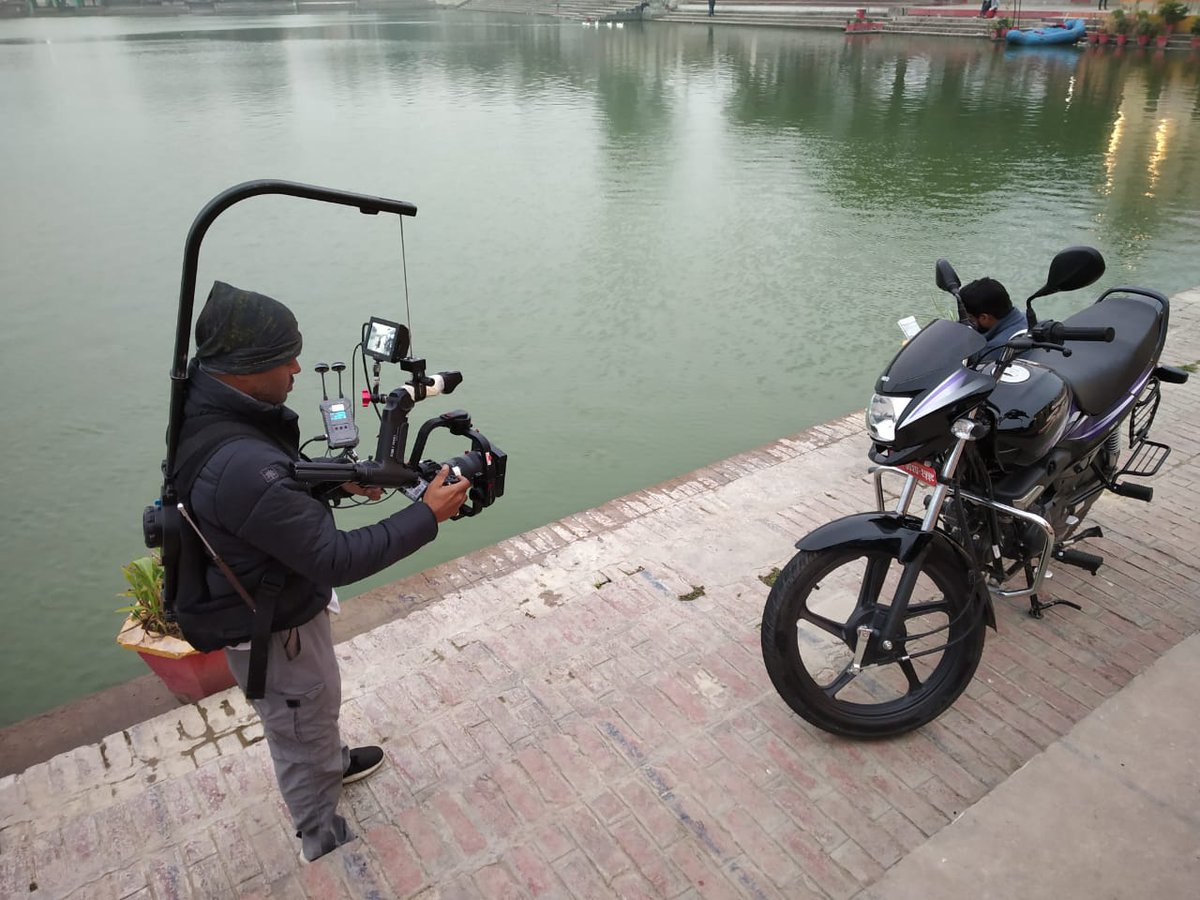 The bike happily turns itself to face the floating camera on the easy rig .... For video production packages, call : 8080805915 or Click on : https://www.accordequips.com/video-production/… #cameraman #videoproduction #cinematographer #filmmakinglife #productionlife #cinematography #shootingisfunpic.twitter.com/gIm3S0Lgh4
