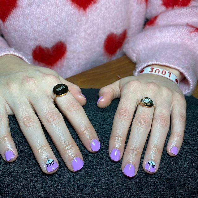 I got my eye on you @thepinkclub.nl . . . #myyinger #whispermelilac #eye #eyes #nailsalon #nails #nailart #nailsofinstagram #nailsonfleek #nailsoftheday #handpainted #naildesigns #nails ringshttps://ift.tt/3adMK41pic.twitter.com/r1xVCz4gbh