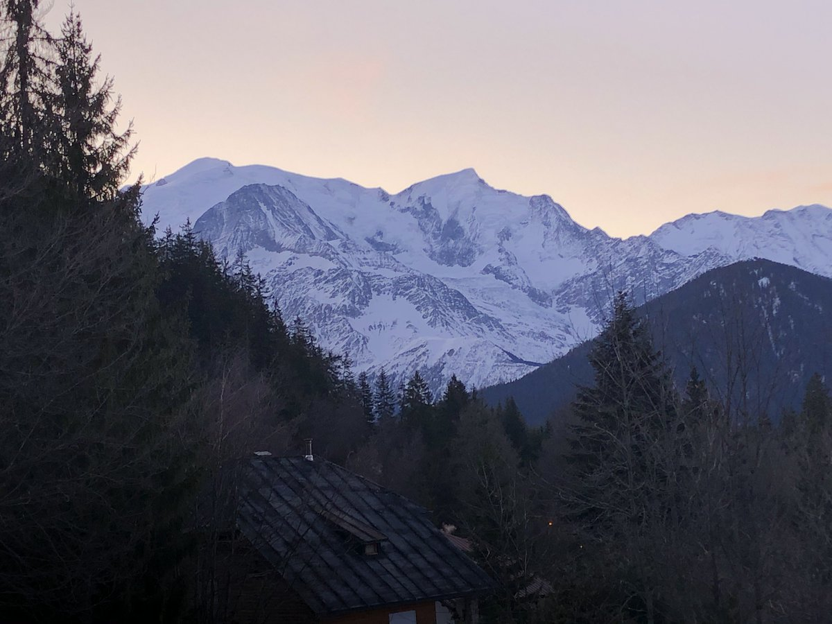 #JeudiPhoto #Réveil face au MontBlanc pour une belle journée de travail sous le...