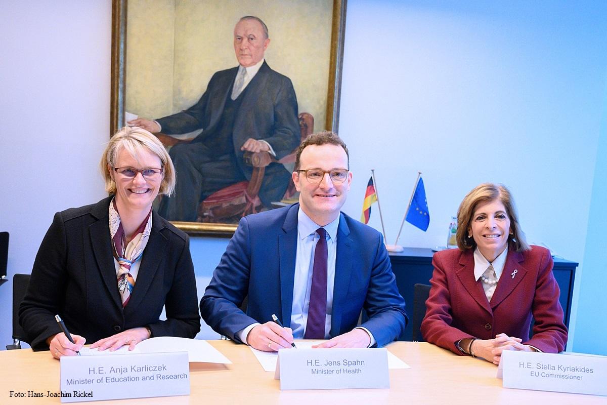 """Deutschland ist der """"1+Million Genomes Initiative"""" der #EU beigetreten. Doch was ist ein Genom und was ist Ziel der Initiative, die BM @AnjaKarliczek und BM @jensspahn @BMG_Bund in Anwesenheit von EU Kommissarin @SKyriakidesEU heute unterzeichnet haben?➡️ https://t.co/3ATx5p7epw https://t.co/jXB2JC7c6k"""
